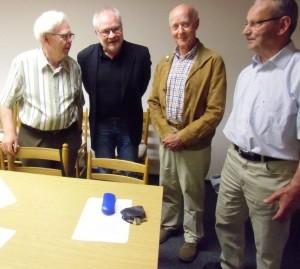 CVJM-Familienkreismitglieder im Gespräch mit dem Referenten Harmut Peltz; von links: Heinz Hagemeier, Hartmut Peltz, Martin Rottmann, Erhard Langer